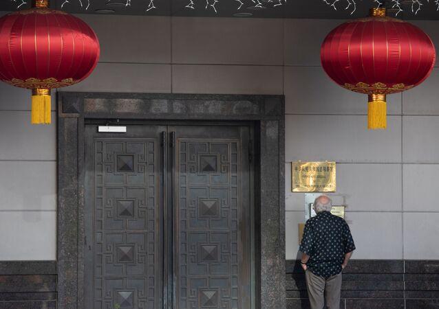 Homem na entrada do Consulado-Geral da China em Houston, Texas, EUA, 22 de julho de 2020