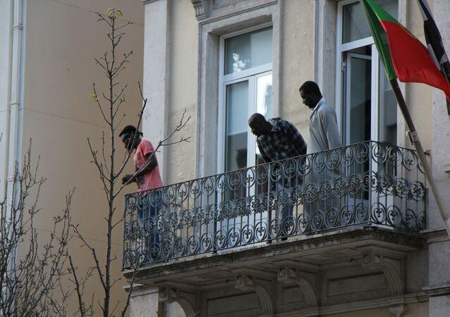 Surto de COVID-19 atingiu 139 dos 169 refugiados que viviam em um hostel lotado em Lisboa no mês de abril de 2020