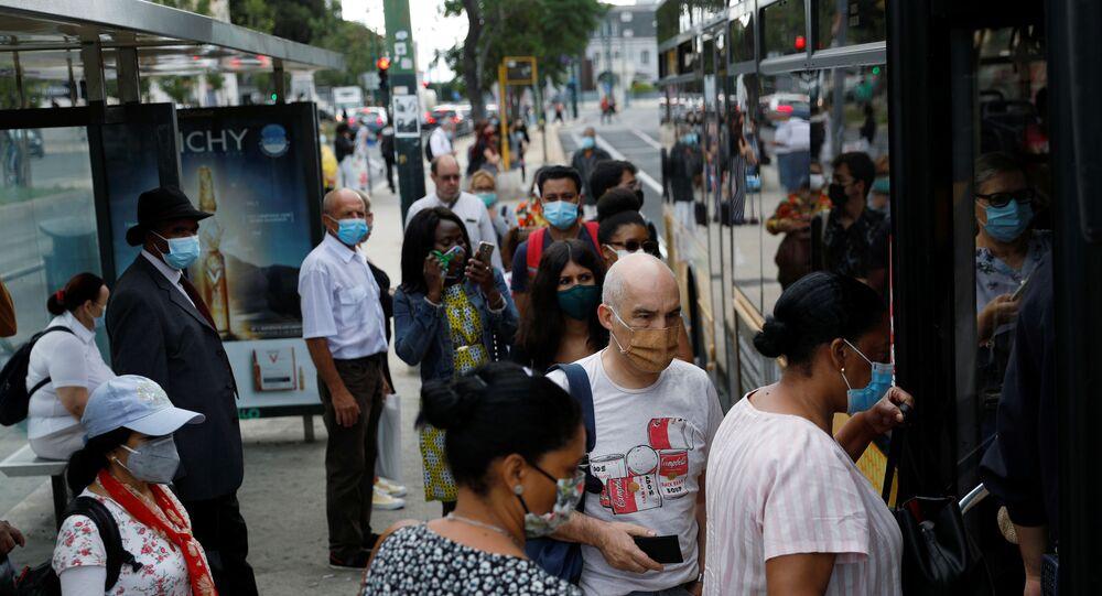 Residentes de Lisboa entram em ônibus em ponto da cidade, 26 de junho de 2020