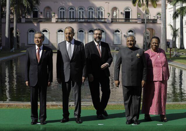Ministros das Relações Exteriores dos cinco países que integram o BRICS durante encontro no Rio de Janeiro