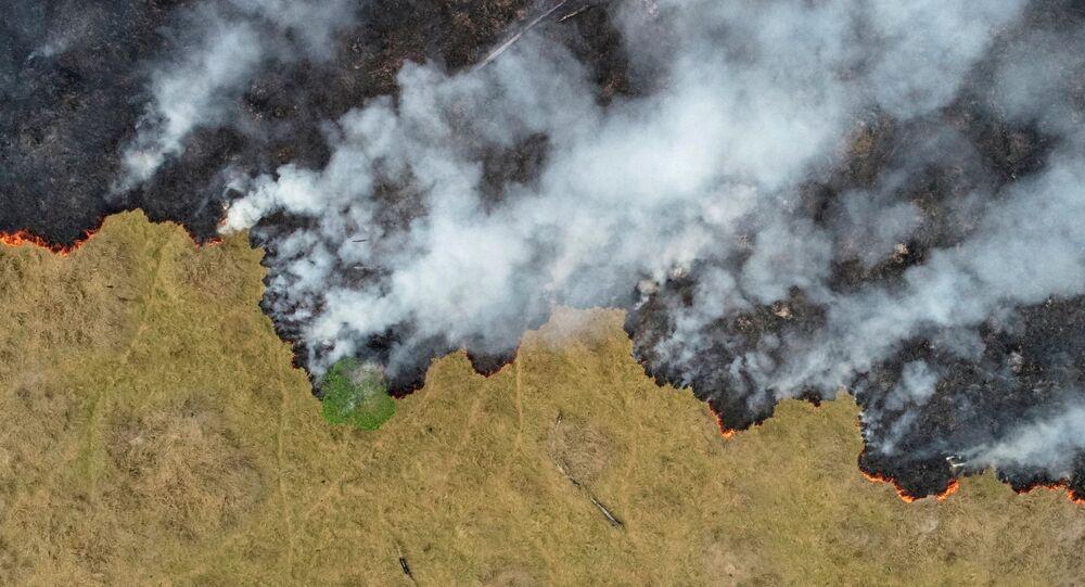 Amazônia: fumaça de incêndio em área desmatada em Porto Velho, Rondônia