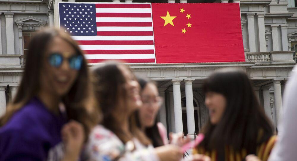Bandeira da China ao lado da bandeira dos EUA no antigo edifício do Gabinete Executivo no complexo da Casa Branca em Washington.