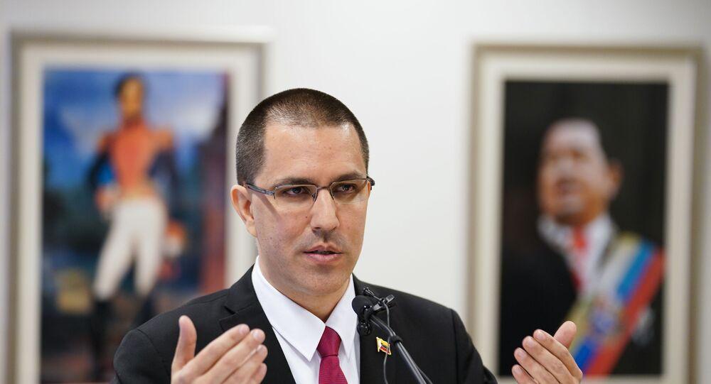 Jorge Arreaza, ministro das Relações Exteriores da Venezuela, fala durante coletiva de imprensa após visitar o Tribunal Penal Internacional em Haia, Países Baixos, 13 de fevereiro de 2020
