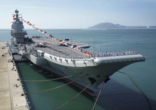 Porta-aviões Shandong atracado em um porto naval em Sanya, na província de Hainan, sul da China, 17 de dezembro de 2019