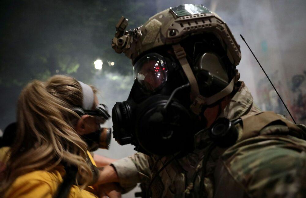 Agente federal dos EUA empurra manifestante durante atos violentos contra a presença de agentes federais e o racismo em Portland