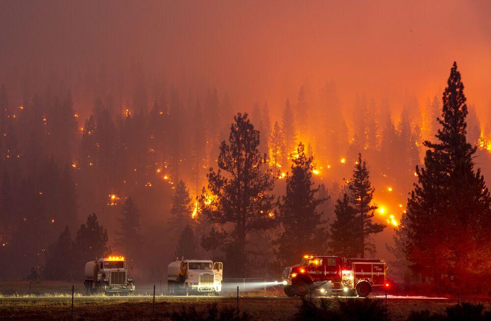 Incêndio florestal é combatido por bombeiros próximo da cidade de Susanville, no estado americano da Califórnia