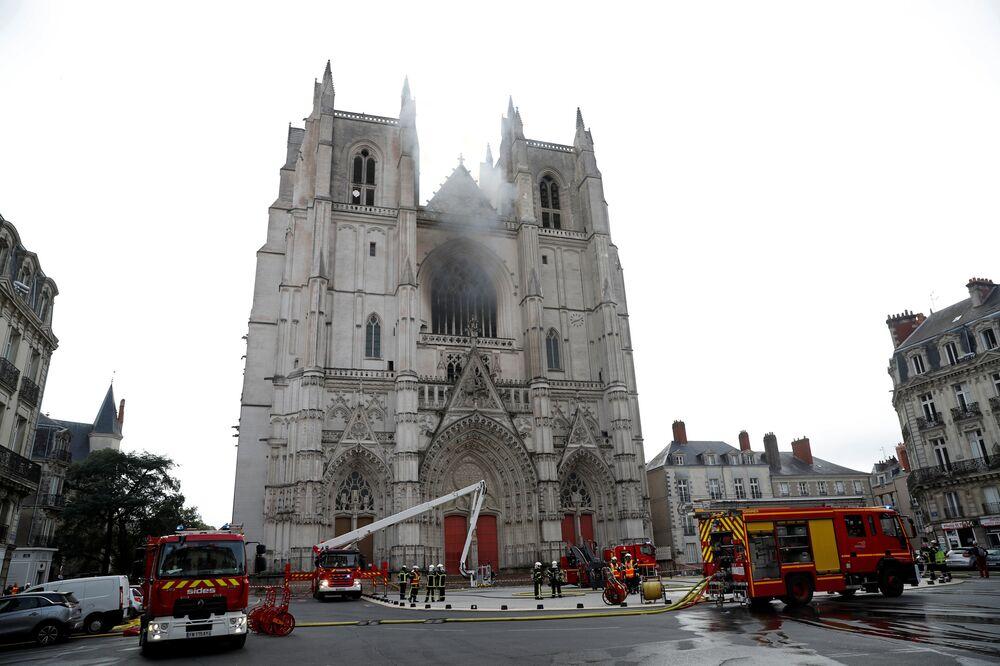 Bombeiros trabalham no local do incêndio que atingiu a Catedral de São Pedro e São Paulo na cidade francesa de Nantes