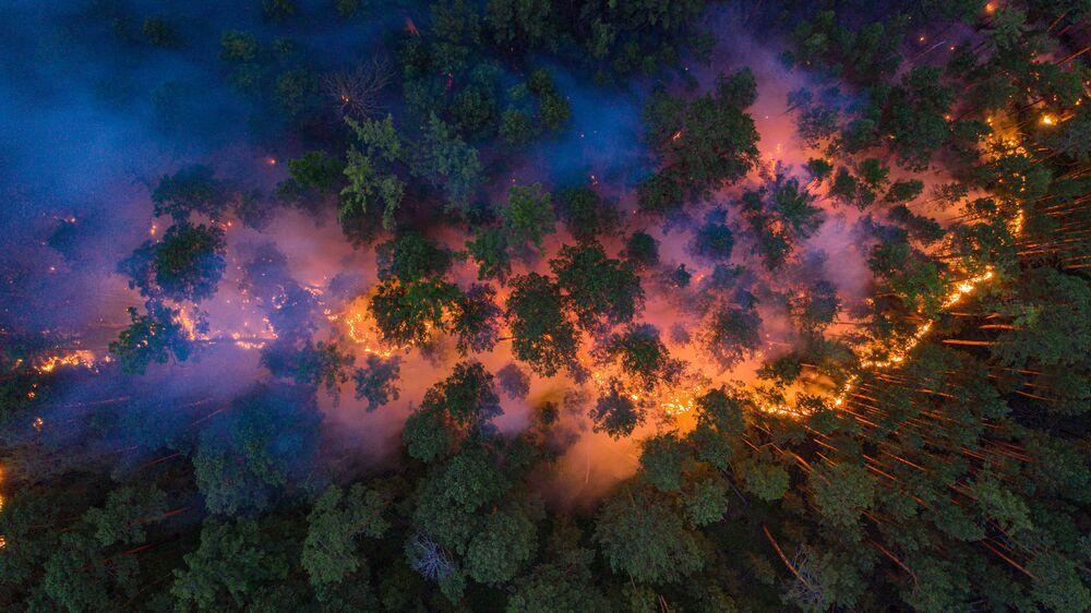 Imagem feita do céu mostra incêndio atingindo floresta na região russa de Krasnoyarsk durante o verão siberiano