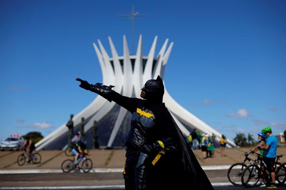 Manifestante vestido de Batman participa de ato em apoio ao presidente Jair Bolsonaro em Brasília