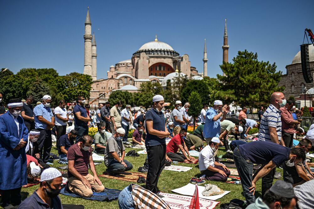 Muçulmanos rezam em frente à Basílica de Santa Sofia após templo ser reconvertido em mesquita pelo governo turco