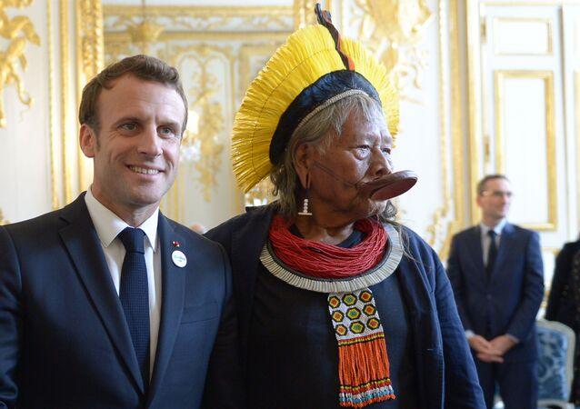 O presidente da França, Emmanuel Macron (à esquerda) e o líder indígena Kayapó, Raoni Metuktire, durante encontro no Palácio do Eliseu, em 16 de maio de 2019.