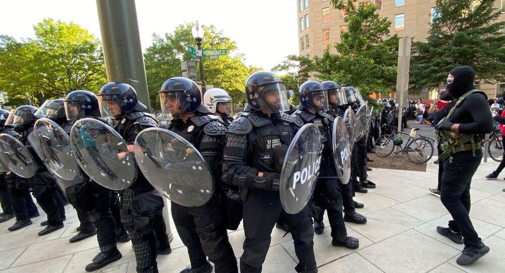 Agentes da divisão uniformizada do Serviço Secreto dos EUA se preparam para enfrentar manifestantes durante protesto perto da Casa Branca, em Washington (arquivo)