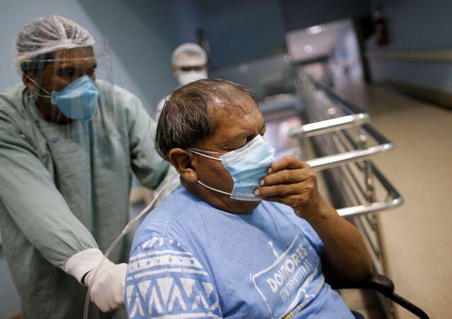 Aritana, líder indígena do povo Yawalapiti, chega a hospital em Goiânia para tratar da COVID-19
