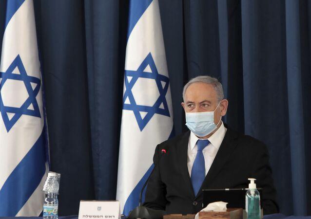 Em Jerusalém, o primeiro-ministro de Israel, Benjamin Netanyahu, usa máscara contra a COVID-19 durante sua reunião semanal de gabinete, em 5 de julho de 2020.