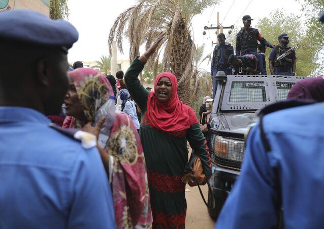 Familiares do ex-presidente do Sudão, Omar Bashir, acusado de crimes de guerra em Darfur, protestam em Cartum