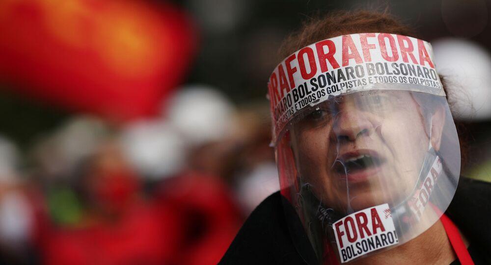 Manifestante usa escudo facial durante protesto contra presidente Jair Bolsonaro em São Paulo, Brasil, 26 de julho de 2020
