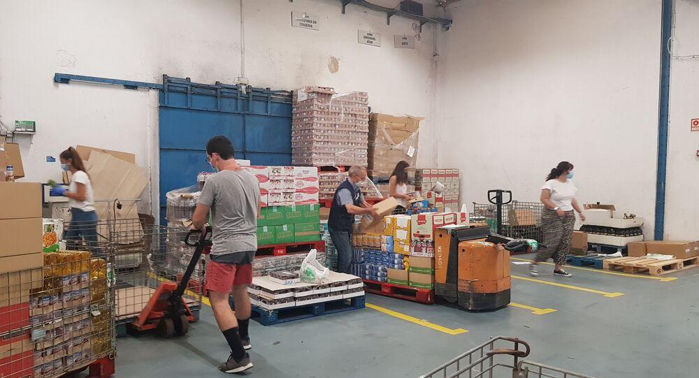 Voluntários trabalham no setor de distribuição da sede da Federação dos Bancos Alimentares de Portugal, em Lisboa