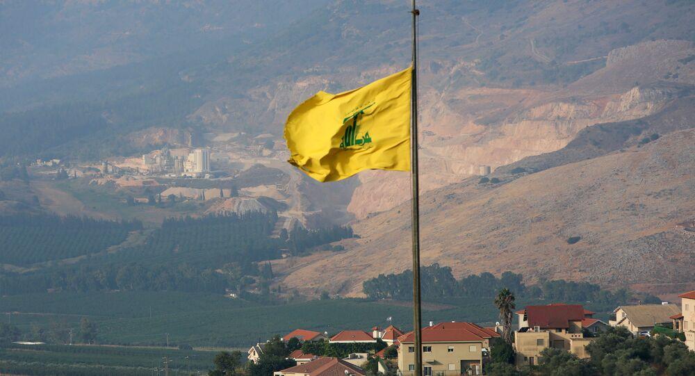 Bandeira do Hezbollah na vila libanesa de Khiam, no sul do país, perto da fronteira com Israel, 28 de julho de 2020