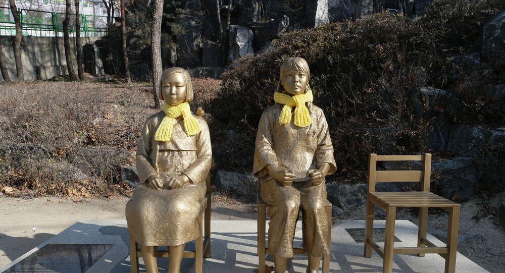 Estátuas de menina simbolizando as mulheres de conforto - sul-coreanas que foram vítimas de escravidão sexual durante a ocupação japonesa no país durante a Segunda Guerra Mundial