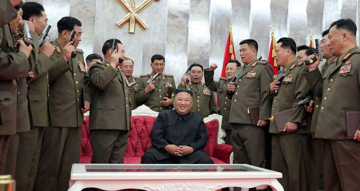 Kim Jong-un aparece rodeado de oficiais norte-coreanos com pistolas na celebração do 67° aniversário do fim da Guerra da Coreia