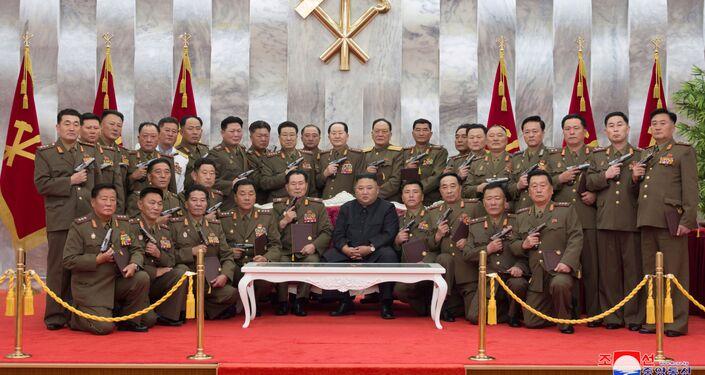 Kim Jong-un comemora 67 anos do fim da Guerra da Coreia com generais armados