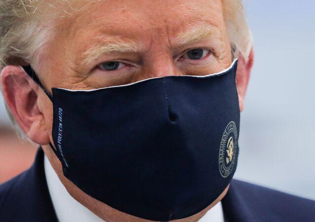 Presidente dos EUA, Donald Trump, usando máscara protetora durante pandemia do coronavírus, em Morrrisville, Carolina do Norte, EUA, 27 de julho de 2020