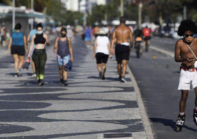 Pessoas são vistas na praia de Copacabana em meio à pandemia do coronavírus no Rio de Janeiro, Brasil, 28 de julho de 2020