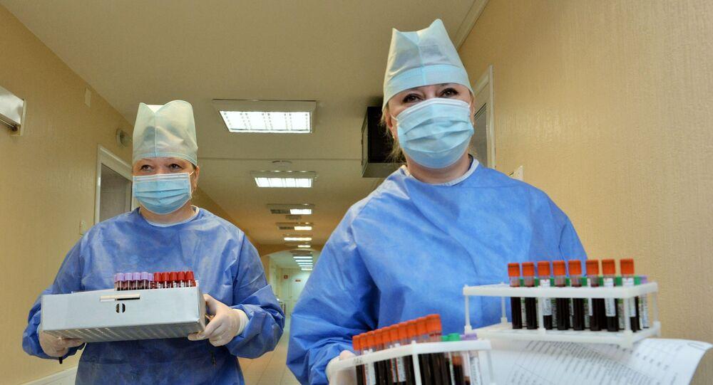 Médicos no hospital militar russo após ensaios de vacina contra coronavírus