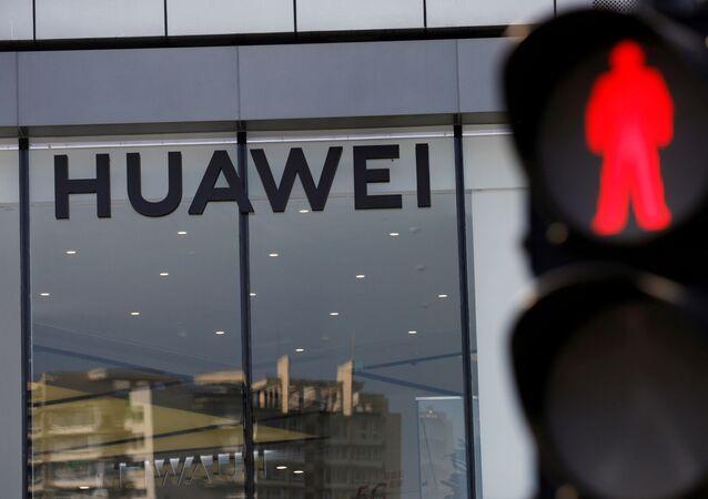 Nome da Huawei é visto na entrada de loja perto de um semáforo em Pequim, China, 14 de julho de 2020