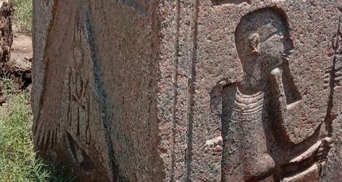 Bloco de pedra esculpido é encontrado durante escavações em Mit Rahina, no Egito