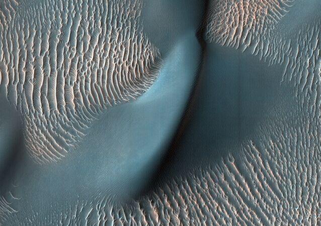 Dunas de areia e ondas na cratera Proctor, Marte (imagem referencial)