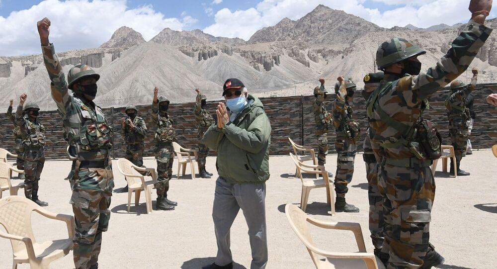 Premiê indiano Narendra Modi gesticula enquanto interage com soldados do Exército da Índia durante visita à região dos Himalaias, em Ladakh, 3 de julho de 2020