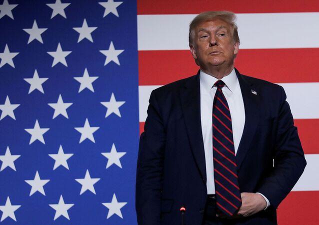 Presidente dos EUA, Donald Trump, na frente de uma bandeira norte-americana durante visita à sede nacional da Cruz Vermelha em Washington, EUA, 30 de julho de 2020