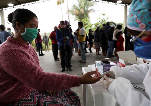 Mulher sendo testada para COVID-19 pelo Instituto Butantan em Quilombo Peropava, em Registro, São Paulo, Brasil, 29 de julho de 2020
