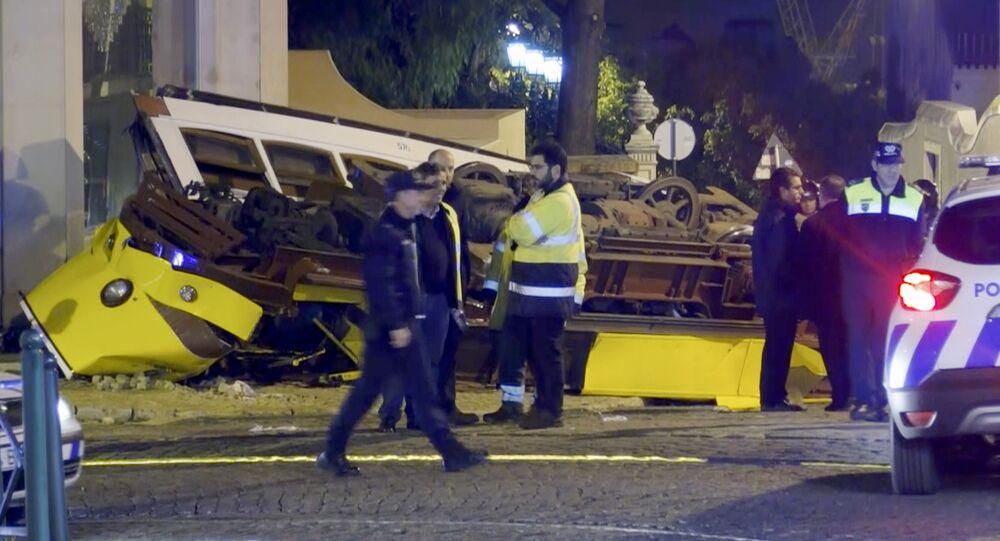 Equipes de emergência de Portugal trabalham em local de acidente com bonde em Lisboa (arquivo)