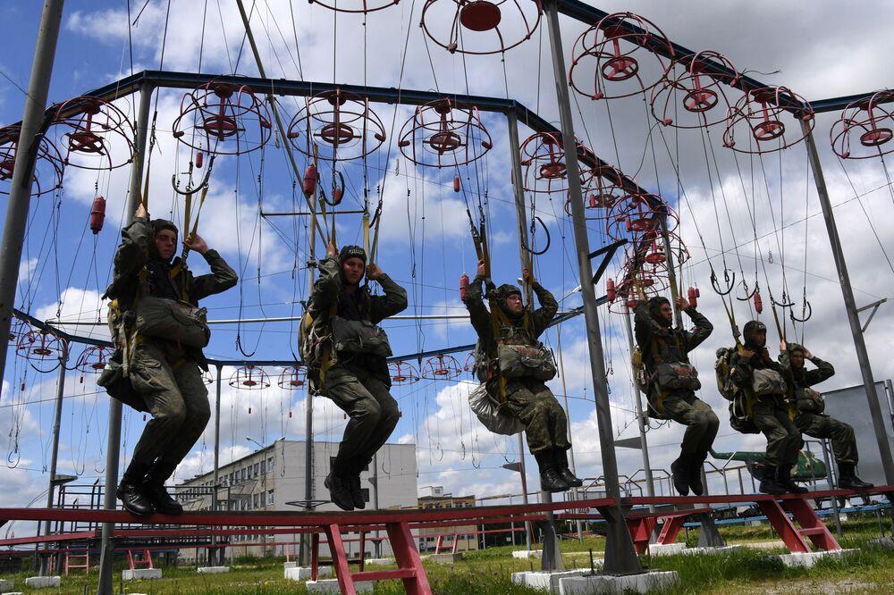Militares paraquedistas de assalto russos durante treinamento de preparação para salto de paraquedas em Primorie, Rússia