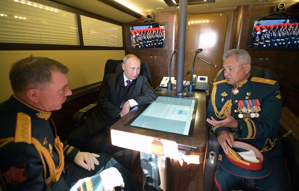Presidente e comandante supremo das Forças Armadas russas, Vladimir Putin (ao centro), junto com o ministro da Defesa do país, Sergei Shoigu (à direita)