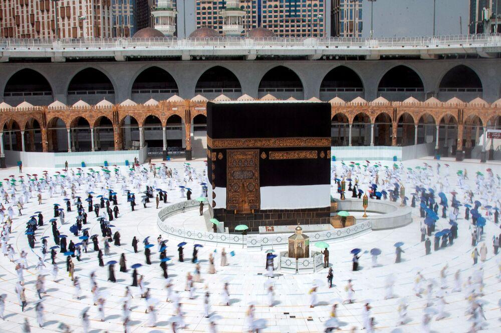 Peregrinos muçulmanos respeitam distanciamento social enquanto circulam ao redor da Caaba