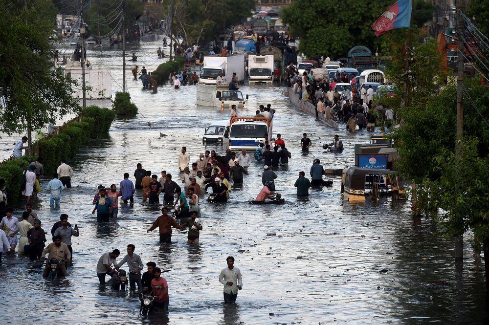Enchente nas ruas de Carachi, Paquistão, após fortes monções