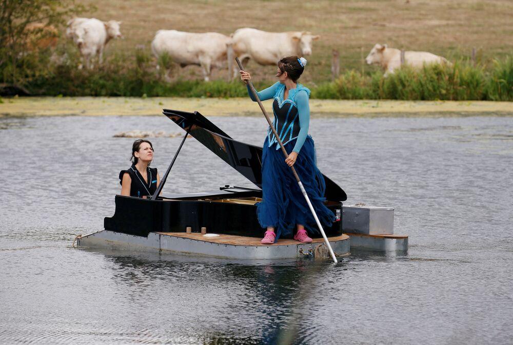 Pianista Cecile Wouters e a cantora Evelyne Zou durante performance em ensaio de seu show Melting Flotte no Chateau de Ricquebourg, em Ricquebourg, França