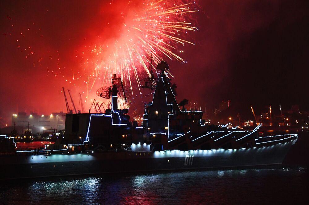 Fogos de artifício em Vladivostok durante o Dia da Marinha da Rússia