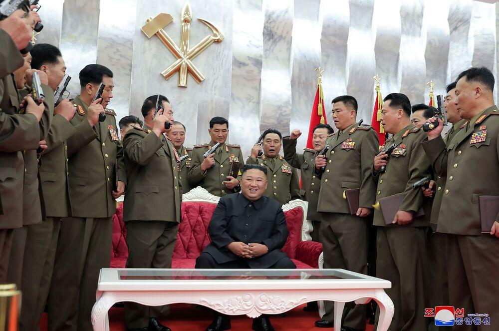 Líder norte-coreano Kim Jong-un cercado de generais com pistolas em suas mãos durante celebração dos 67 anos do cessar-fogo na Guerra da Coreia