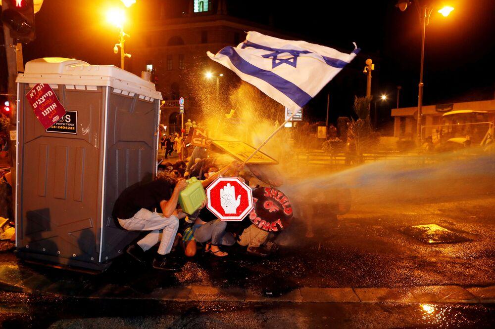 Polícia israelense usa canhão d'água contra manifestantes em Jerusalém insatisfeitos com o premiê do país, Benjamin Netanyahu