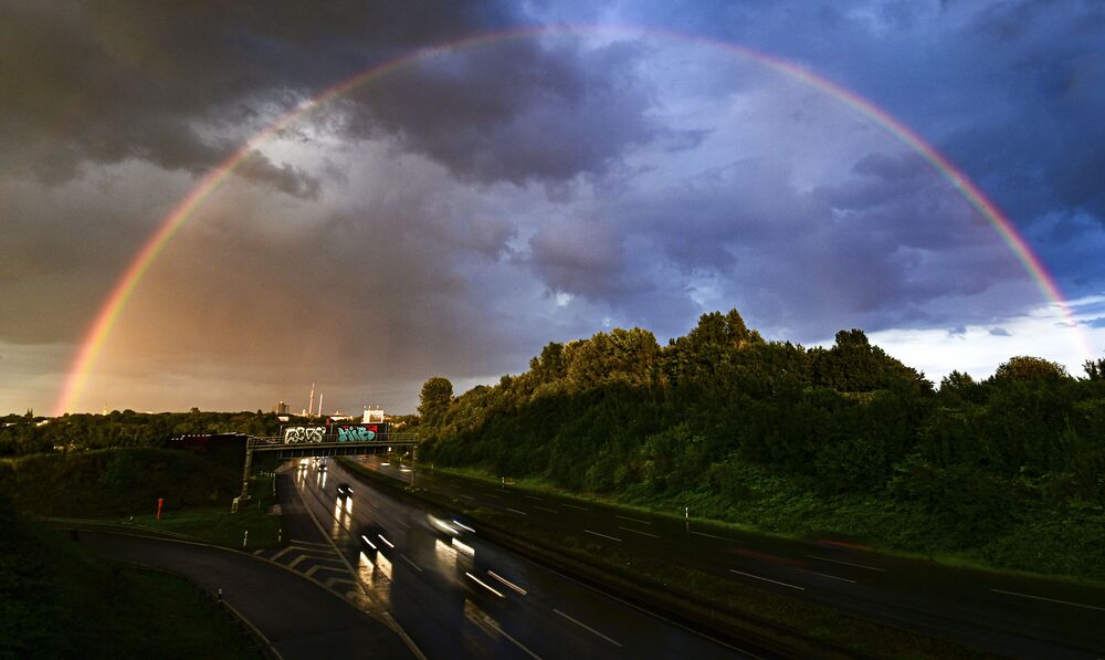 Arco-íris e nuvens escuras tomam os céus da cidade alemã de Dortmund