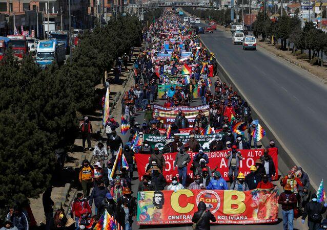 Em El Alto, na Bolívia, manifestantes do Centro dos Trabalhadores da Bolícia (COB, na sigla em espanhol), protestam, em 28 de julho de 2020, contra o adiamento das eleições no país e exigem a realização do pleito.
