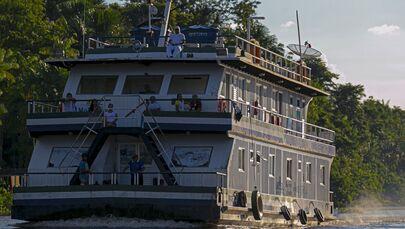 Unidade Básica de Saúde é vista navegando na comunidade de Salvação, no rio Ipiranga, na ilha de Marajó