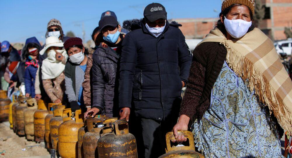 Em El Alto, na Bolívia, cidadãos permanecem em fila para conseguirem gás, em 28 de julho de 2020, devido à falta do insumo na região após contaminação de trabalhadores da empresa Yacimentos Petrolíferos Fiscales Bolivianos (YPFB), a petrolífera boliviana.