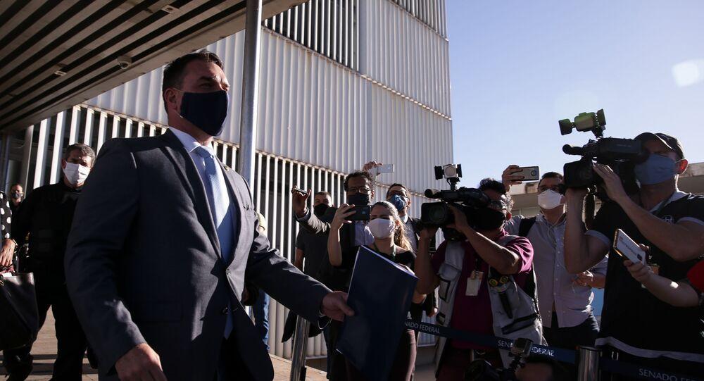 Senador Flávio Bolsonaro deixa o anexo I do Senado Federal após prestar depoimentos para procuradores do MPF em seu gabinete, em 20 de julho