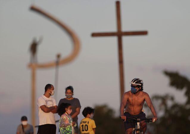 Pessoas se reúnem próximo à Praça do Cruzeiro, em Brasília, onde autoridades relaxaram medidas de isolamento adotadas para conter disseminação do coronavírus
