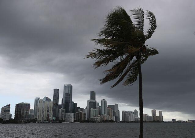 Nuvens são vistas sobre Miami neste sábado, 1º de agosto, horas antes da aguardada chegada do furacão Isaías ao estado da Flórida, nos EUA